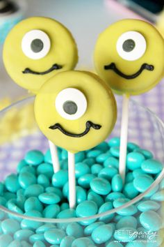 Show your #MonsterUniversity spirit when you make your very own Mike Wazowksi oreo-pops with your friends!