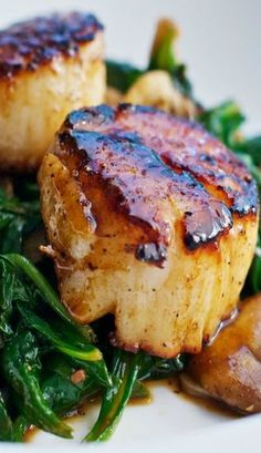 Seared Scallops with Apple Cider-Balsamic Glaze. I figured that an apple cider glaze would really bring out the natural sweetness of the scallops. Add spinach & cremini, oyster, & shitake mushrooms to that, for some earthiness, and a bit of bacon Fish Dishes, Seafood Dishes, Fish And Seafood, Seafood Recipes, Cooking Recipes, Healthy Recipes, Thai Shrimp, Spicy Shrimp, Healthy Scallop Recipes
