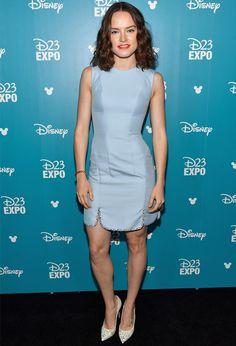 look de daisy ridley com vestido azulno red carpet