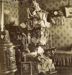 Vintage Holiday: Christmas, 1903  Im sorry but this is just creepy lol