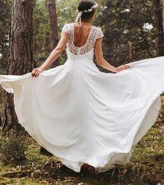Robe de mariée Lorafolk collection 2017 - robe Ania - bustier avec un décolleté en cœur et un dos nu en tulle brodé