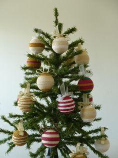 Delicado enfeite para sua árvore de Natal em croche e fita em organza em cores variadas.  Pode-se definir os tons de sua preferência.  Tamanho da bola: 7 cm R$40,00