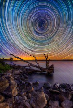 Sternenspiralen tanzen über einem See