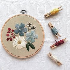 hand embroidery designs and patterns Floral Embroidery Patterns, Crewel Embroidery Kits, Simple Embroidery, Modern Embroidery, Hand Embroidery Designs, Embroidery Needles, Broderie Simple, Diy Broderie, Crafts