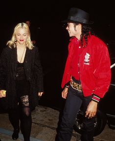 Michael Jackson and Madonna at the Ivy restaurant in Beverly Hills on March Michael Jackson Memes, Michael Jackson Bad Era, Michael Jackson Outfits, Bad Michael, Janet Jackson, Madonna 90s, Madonna Fashion, Madonna Rare, Lady Madonna