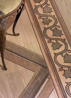 Idee & Parquet, Linea Tappeti: Tappeto INTRECCIO Tappeto formato da tessere in legno di rovere stampato con motivo a intrecci e cimasa a foglie di vite. Le tessere sono fissate su adeguato supporto in tessuto che rende il tappeto arrotolabile. - Rug made of solid oak segments printed with basket weave pattern and wine leaf coping. The segments are fixed on a fabric support, which makes it possible to roll up the rug. #ideeparquet #tappeti #parquet #rug