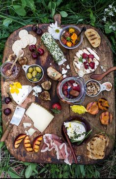 Cheese board picnic antipasto 56 ideas for 2019 Antipasto, Aperitivos Finger Food, Food Porn, Roasted Cherry Tomatoes, Roasted Strawberries, Cooking Recipes, Healthy Recipes, Delicious Recipes, Detox Recipes