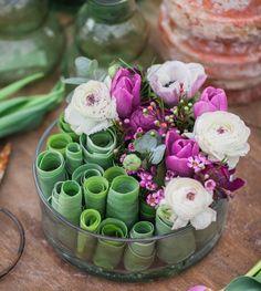 Don't throw away the tulip leaves. Use them for lovely arrangements. Enkelt arrangemang med tulpanblad, på min hemsida finns steg-för-steg beskrivningar för olika arrangemang med tulpaner #spring #florist #flowers #fioribilden #floralarrangement #vår #blommor #blomsterdekoratör #floralartforum #floralart #interiørmagasinet