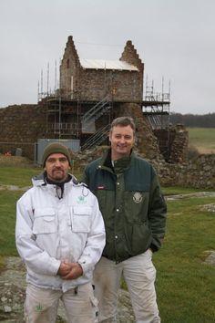 Frank Nielsen og Michael Pedersen foran 'Blommetårnet' på Hammershus, Bornholm.