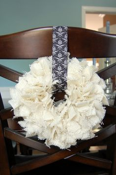 totally digging these burlap wreaths