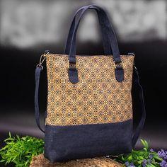 """Die Handtasche """"Hermine"""" hat ein wunderschönes Design und wirkt sehr elegant. 👜 Die Kombination aus Dunkelblau und dem braunen Ornament-Muster wird abgerundet durch die goldenen Metallelemente. 💙 Diese Tasche kann auch als Schultertasche verwendet werden und ist vielfältig einsetzbar. ✨ #Kork #Korktasche #Ornamentmuster #Schultertasche #Henkeltasche #Verkorkst Cork, Diaper Bag, Portugal, Purse, Tote Bag, Pattern, Ornament, Leather, Blue"""