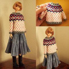 バービーさんは身体がカタイので… 関節が自由に動くmomoko さんに着ていただきました。ちょっとぶかぶか #momokodoll #knitting #あみもの #編み物 #編み物教室 Sewing Doll Clothes, Sewing Dolls, Clothes Crafts, Barbie Clothes, Dolly Dress, Barbie Dress, Doll Patterns, Clothing Patterns, Doll Wardrobe