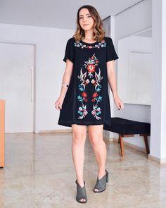 Aquele vestido preto nada básico com estampa floral de arrasar!! Eu amei esse look combinado com uma sandália cinza. Bem fresquinho e feminino, não acha?
