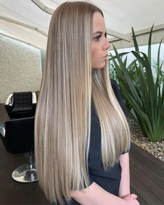 The Coolest Summer Hair Color Trends You'll Want to Try Now - Style O Check Dark Blonde Hair Color, Blonde Hair Looks, Brown Blonde Hair, Platinum Blonde Hair, Office Hairstyles, Wedge Hairstyles, Spring Hairstyles, Woman Hairstyles, Simple Hairstyles