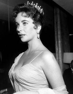 Les plus belles robes des Oscars depuis 1952. Elizabeth Taylor à la cérémonie des Oscars en 1957. http://www.elle.fr/People/Style/Trajectoire-mode/Les-plus-belles-robes-des-Oscars/Elizabeth-Taylor
