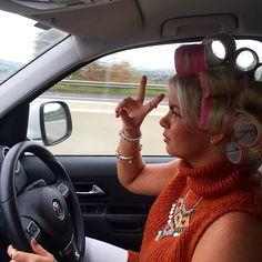 femme en voiture avec des bigoudis velcros (alors que mon mari attendais un gosse devant une ecole il ma raconter qu'en fasse de lui se stationnais régulierement une femme et tous les jours elle avais un bigoudis au niveau de la frange il a engagé la conversation et elle lui a expliquez qu'elle était commercial et que c'était pour elle le seule moyen d'avoir une frange parfaite