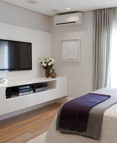 Decoração de: quarto de casal; rack branco;Casa de Valentina