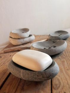 stony soap dish for You home spa sea pebble from by Mihulli Cement Art, Concrete Crafts, Concrete Pots, Concrete Design, Diy Furniture Projects, Diy Craft Projects, Decoration Plante, Tadelakt, Branch Decor