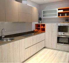 un toque de color en una cocina natural, como esta de nuestra tienda de Getafe   #Showroom #exposición #mueblesdecocina #cocinasdediseño