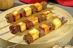 Receita de Espetinho de carne com queijo em receitas de carnes, veja essa e outras receitas aqui! Seekh Kebab Recipes, Steak Spice, Cafeteria Food, Food Park, Veg Dishes, Food Platters, Skirt Steak, Grilling Recipes, Finger Foods