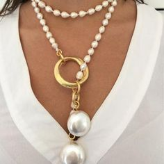 What is the best way to wear your pearl necklace. A pearl necklace is something that looks stunning with the right type of dress. Diy Jewelry Necklace, Bead Jewellery, Necklace Designs, Statement Jewelry, Pearl Jewelry, Wire Jewelry, Jewelry Sets, Jewelry Accessories, Jewelry Design