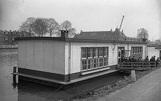 Kanaalweg 1959: De drijvende Ned. Herv. Gemeente school, 'De Ark' in het Merwedekanaal. Op achtergrond de Rijksmunt