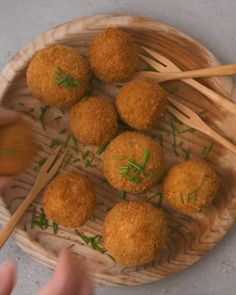 Mashed potato balls mixed with braised red cabbage and stuffed with cheese. A deliciously cheese appetiser/snack. Mashed Potato Balls Recipe, Mashed Red Potatoes, Cheesy Potatoes, Baked Potatoes, Fun Baking Recipes, Cooking Recipes, Skillet Recipes, Healthy Recipes, Pizza Recipes