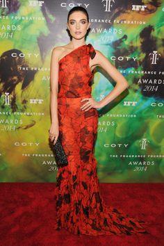 Jacquelyn Jablonski con un vestido de escote asimétrico de gasa con flores estampadas de Gucci.