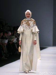 Foto: Koleksi Dian Pelangi di Jakarta Fashion Week 2017 Dress Brukat, Hijab Dress Party, Abaya Fashion, Modest Fashion, Fashion Dresses, Jakarta Fashion Week, Moslem Fashion, Dress Pesta, Evening Dresses