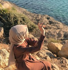Image may contain: one or more people, ocean, child, sky, sh Photography Tags, Tumblr Photography, People Photography, Swag Girl Style, Girl Swag, Hijabi Girl, Girl Hijab, Muslim Girls, Muslim Couples