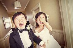 Criança é TUDIBOM! Essa matéria aqui(original em inglês) fala sobre 5 ótimos motivos para ter crianças no seu casamento:  Crianças são fofas e cheias de amor. Crianças são divertidas e cheias de energia. Crianças são cheias de gargalhadas. Crianças são imprevisíveis. E incluir crianças no seu casamento significa incluir ótimas ideias!  Veja aqui idéias inspiradoras de como agradar os pequerruchos no grande dia, e veja aqui embaixo se as fotos da nossa galeria não traduzem direitinho tudo…