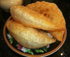 The most delicious pasties Chebureki obtained with a crisp thanks to the vodka in the dough and soft inside. Potato Recipes Crockpot, Meat Recipes, Appetizer Recipes, Cooking Recipes, Breakfast Party Foods, Breakfast Bread Recipes, Party Snacks, Party Appetizers, Party Desserts
