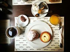 Prima colazione a Praga presso l'hotel Lokal In.  Té caldo e succo d'arancia per accompagnare il biscotto tipico ceco ☕️