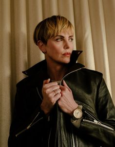 """""""men doesn't even come close to how attractive charlize theron is"""" Charlize Theron Short Hair, Charlize Theron Oscars, Short Wedge Hairstyles, Short Hair Styles, Atomic Blonde, Bowl Cut, Nicole Kidman, Best Actress, Woman Crush"""