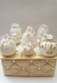 Mini Cakes | Gold wedding | For more inspiring ideas see my wedding board pinterest.com/endorajewellery/wedding-your-day-your-way/