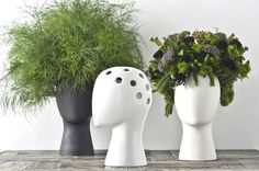 This is the Wig Vase designed by Tania da Cruz. It's a hollow, head-shaped vase that sits atop a smaller water vase that you can put flowers in to create your own floral hairstyle. Unfortunately the vases. Flower Vase Design, Flower Vases, Grands Pots, Wig Stand, Head Stand, Keramik Vase, Human Head, Holding Flowers, Wooden Vase