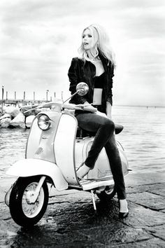 Claudia loves vespa