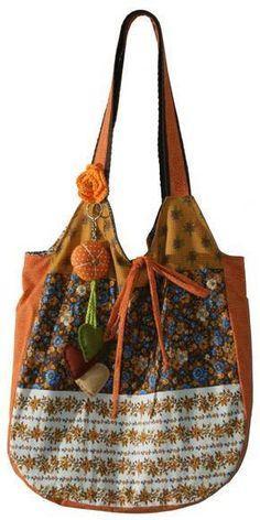 Bolsa sacola em tricoline patchwork 100% algodão. Forro em cetim cerê e bolso interno. Detalhe decorativo de flor em tecido. R$45,00