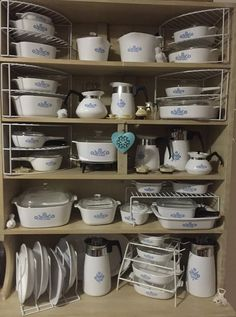 I have many of these vintage Corning Pyrex Cornflower Blue pieces! This picture makes me giddy! Corningware Vintage, Vintage Kitchenware, Vintage Dishes, Vintage Glassware, Vintage Pyrex, Vintage Tins, Pyrex Display, Pyrex Bowls, Antique Glass