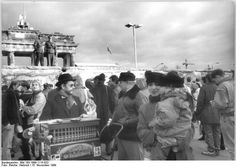 Brandenberg Tor 15th November 1989 History Of Germany, Berlin Wall, Cold War, City, November, Painting, Creative, Brandenburg Gate, Pictures