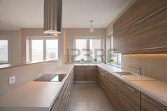 Armarios de madera en la cocina de color beige en estilo tradicional