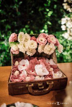 Decoração criada por Flores de Maria. O casamento de Manuella e Tiago, publicado no Euamocasamento.com. As fotos são de Renata Xavier. #euamocasamento #NoivasRio #Casabemcomvocê