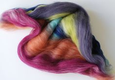 Giggle Jelly: Guide to Spinning Batts. Also got a nice description of why you might want different preps. ie worsted rolag vs woolen Spinning Wool, Hand Spinning, Spinning Wheels, Wooly Bully, Peg Loom, Yarn Inspiration, Art Du Fil, Bead Loom Patterns, Textiles
