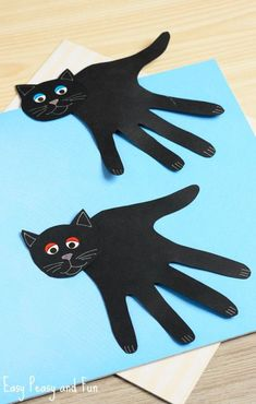 Handprint Black Cat Craft – Easy Peasy and Fun Hand print kitty cat kids craft ideas // easy art activities Daycare Crafts, Toddler Crafts, Preschool Crafts, Preschool Kindergarten, Halloween Crafts For Kindergarten, Halloween Crafts For Preschoolers, Hand Crafts For Kids, Children Crafts, Quick Halloween Crafts