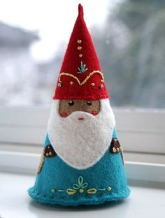 Gorgeous felt Christmas gnome to make. No instructions, just use your creativity.