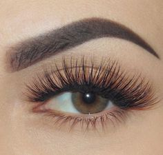 Perfect lashes with a natural nude look.