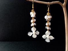 揺れる白紫陽花のピアス