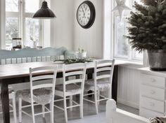 Jasnobłękitna ławka skandynawska,tradycyjne białe krzesła z drewna,drewniany prostokątny stół i czarne metalowe lampy w jadalni (27470)