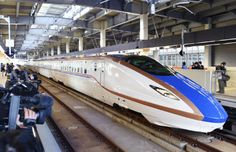 金沢駅に入る北陸新幹線の車両(2月5日午前、金沢市)