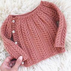 So sweet. The sweetest little wool sweater in Chickadee Clay regrammed from Chri. häkeln , So sweet. The sweetest little wool sweater in Chickadee Clay regrammed from Chri. So süß. Der süßeste kleine Wollpullover in Chickadee Clay von Chri. Cardigan Bebe, Crochet Baby Cardigan, Knit Cardigan Pattern, Knit Baby Sweaters, Wool Sweaters, Knit Crochet, Crochet Pattern, Free Pattern, Crochet Hats